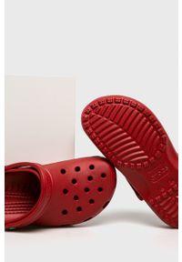 Crocs - Klapki. Kolor: czerwony. Materiał: materiał. Wzór: gładki
