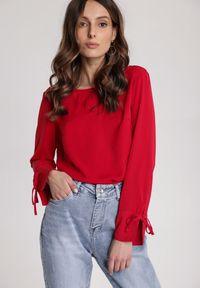 Renee - Czerwona Bluzka Chacine. Typ kołnierza: kokarda. Kolor: czerwony. Długość rękawa: długi rękaw. Długość: długie. Styl: elegancki