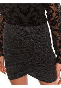 TOP SECRET - Kopertowa spódnica mini. Kolor: czarny. Materiał: materiał. Wzór: aplikacja. Sezon: zima
