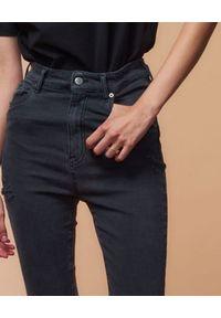 SER.O.YA - Czarne jeansy skinny Maya. Stan: podwyższony. Kolor: czarny. Długość: długie. Styl: klasyczny