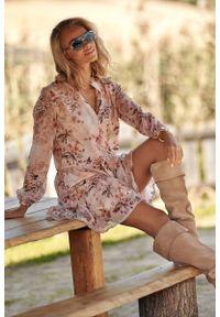 Makadamia - Romantyczna Sukienka w Kwiatowy Wzór - Model 1. Materiał: poliester. Wzór: kwiaty