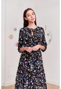 Marie Zélie - Sukienka Cecilia Aurantia czarna. Kolor: czarny. Materiał: bawełna, wiskoza, materiał, tkanina, skóra, poliester. Wzór: napisy, aplikacja