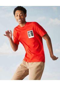Lacoste - LACOSTE - Czerwony t-shirt z termoczułym nadrukiem Regular Fit. Kolor: czerwony. Materiał: bawełna, jersey, prążkowany. Wzór: nadruk. Sezon: wiosna. Styl: klasyczny