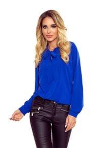 Numoco - Niebieska Bluzka Elegancka z Wiązaną Szarfą w Kolorowe Ważki. Kolor: niebieski. Materiał: wiskoza, poliester. Wzór: kolorowy. Styl: elegancki