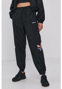 adidas Originals - Spodnie. Kolor: czarny. Wzór: aplikacja