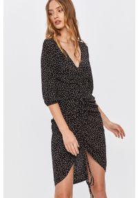 Czarna sukienka Answear Lab w grochy, mini, prosta