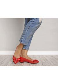 Zapato - lakierowane balerinki z kokardą - skóra naturalna - model 048 - kolor czerwony lakier. Zapięcie: bez zapięcia. Kolor: czerwony. Materiał: skóra, lakier. Wzór: motyw zwierzęcy, kwiaty, kolorowy. Obcas: na obcasie. Styl: klasyczny. Wysokość obcasa: średni