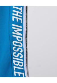 DSQUARED2 KIDS - Niebieskie spodnie dresowe z logo 4-16 lat. Kolor: niebieski. Materiał: dresówka. Wzór: napisy, aplikacja, nadruk. Sezon: lato