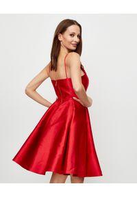 LA MANIA - Czerwona sukienka Jennifer. Kolor: czerwony. Materiał: materiał. Długość rękawa: na ramiączkach #2