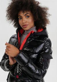 Born2be - Czarno-Czerwona Kurtka Jellycrystal. Okazja: na co dzień. Kolor: czarny. Materiał: tkanina. Długość rękawa: długi rękaw. Długość: długie. Wzór: napisy. Styl: casual