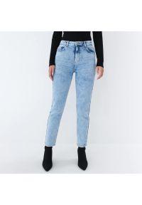 Mohito - Jeansy mom slim - Niebieski. Kolor: niebieski. Materiał: jeans
