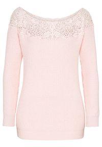 Różowy sweter bonprix w koronkowe wzory