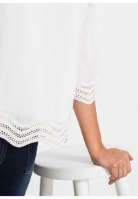 Biała bluzka bonprix w koronkowe wzory, z dekoltem w serek