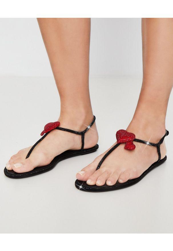 RENE CAOVILLA - Czarne sandały Diana z kryształami Swarovskiego. Okazja: na imprezę. Kolor: czarny. Materiał: materiał. Wzór: aplikacja. Sezon: lato. Styl: wizytowy, elegancki
