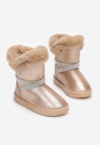 Born2be - Szampańskie Śniegowce Rhelysh. Okazja: na co dzień. Nosek buta: okrągły. Zapięcie: bez zapięcia. Kolor: złoty. Materiał: futro, guma. Szerokość cholewki: normalna. Styl: glamour, casual