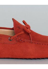 TOD'S - Czerwone mokasyny Gommino Driving. Kolor: czerwony. Materiał: zamsz, guma. Styl: wakacyjny #5