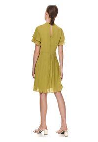 TOP SECRET - Sukienka z plisowanym dołem i rękawkami. Typ kołnierza: kołnierz z falbankami. Kolor: zielony. Materiał: tkanina. Długość rękawa: krótki rękaw. Sezon: lato