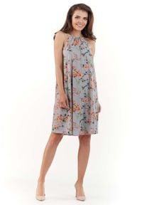 Lou-Lou - Szara Zwiewna Sukienka Mini w Kwiatowy Wzór z Wiązanym Dekoltem. Kolor: szary. Materiał: elastan, poliester. Wzór: kwiaty. Długość: mini