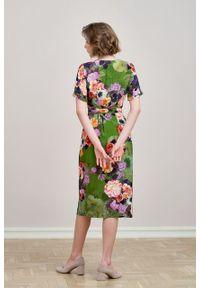 Marie Zélie - Sukienka Irmina Botha. Materiał: poliester, materiał, wiskoza, tkanina, skóra. Długość rękawa: krótki rękaw. Wzór: napisy. Typ sukienki: proste, kopertowe