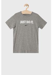 Szary t-shirt Nike Kids casualowy, z nadrukiem