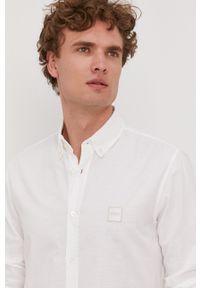BOSS - Boss - Koszula bawełniana Boss Casual. Okazja: na co dzień. Typ kołnierza: button down. Kolor: biały. Materiał: bawełna. Długość rękawa: długi rękaw. Długość: długie. Wzór: gładki. Styl: casual