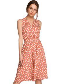 Style - Kopertowa sukienka midi w grochy z paskiem w talii łososiowa. Kolor: różowy. Wzór: grochy. Typ sukienki: kopertowe. Długość: midi