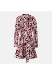 Różowa sukienka Mohito koszulowa, w kwiaty