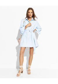 THECADESS - Błękitna sukienka mini Luna. Okazja: na co dzień. Typ kołnierza: kołnierzyk koszulowy. Kolor: niebieski. Materiał: materiał. Typ sukienki: oversize, koszulowe. Styl: elegancki, casual. Długość: mini