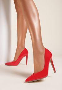 Renee - Czerwone Szpilki Aquitune. Kolor: czerwony. Materiał: lakier. Szerokość cholewki: normalna. Obcas: na szpilce. Styl: klasyczny