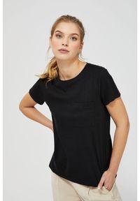 MOODO - T-shirt z ażurowym zdobieniem. Materiał: bawełna. Długość rękawa: krótki rękaw. Długość: krótkie. Wzór: ażurowy, aplikacja