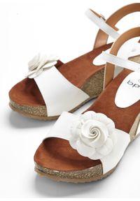 Białe sandały bonprix w kwiaty, z paskami, na koturnie