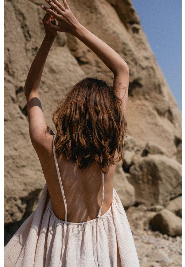 Marsala - Sukienka na cienkich ramiączkach z muślinu bawełnianego w kolorze jasny beż- MALAGA BY MARSALA. Kolekcja: moda ciążowa. Kolor: beżowy. Materiał: bawełna. Długość rękawa: na ramiączkach. Sezon: lato