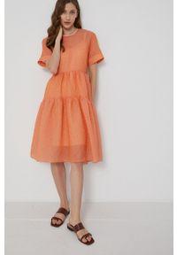 Victoria Victoria Beckham - Sukienka. Kolor: pomarańczowy. Materiał: tkanina. Długość rękawa: krótki rękaw. Typ sukienki: rozkloszowane