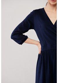 Marie Zélie - Sukienka Larissa granatowa. Typ kołnierza: dekolt kopertowy. Kolor: niebieski. Materiał: bawełna, dzianina, materiał, elastan, skóra. Długość rękawa: krótki rękaw. Typ sukienki: kopertowe. Styl: klasyczny, elegancki
