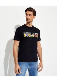 Versace Jeans Couture - VERSACE JEANS COUTURE - Czarny t-shirt z kolorowym logo. Kolor: czarny. Materiał: bawełna. Wzór: kolorowy