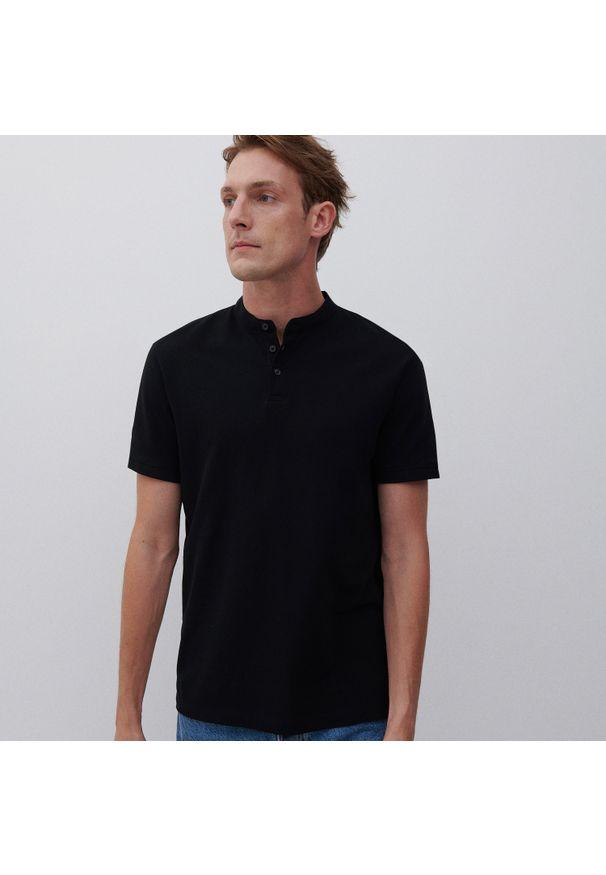 Reserved - Koszulka polo z dzianiny pique - Czarny. Typ kołnierza: polo. Kolor: czarny. Materiał: dzianina