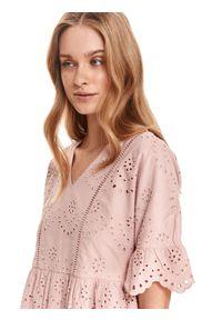 TOP SECRET - Ażurowa sukienka o luźnym kroju. Kolor: biały. Wzór: ażurowy. Typ sukienki: koszulowe