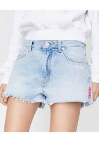 OFF-WHITE - Krótkie szorty z przetarciami. Kolor: niebieski. Materiał: jeans, materiał. Długość: krótkie. Wzór: nadruk. Sezon: lato. Styl: wakacyjny