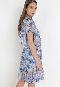 Born2be - Niebieska Sukienka Thyxedice. Typ kołnierza: kołnierz z falbankami. Kolor: niebieski. Długość rękawa: krótki rękaw. Wzór: kwiaty. Typ sukienki: kopertowe, rozkloszowane. Długość: mini