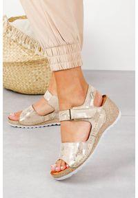 Casu - Beżowe sandały skórzane na koturnie na rzep casu 0474. Zapięcie: rzepy. Kolor: beżowy, złoty, wielokolorowy. Materiał: skóra. Obcas: na koturnie
