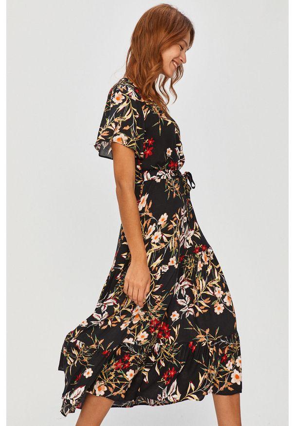 Czarna sukienka Answear Lab na co dzień, wakacyjna, rozkloszowana