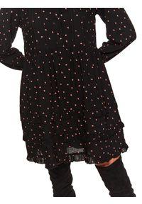 TOP SECRET - Sukienka w kwiaty o luźnym kroju. Okazja: na co dzień. Kolor: czarny. Wzór: kwiaty. Typ sukienki: proste. Materiał: materiał. Długość rękawa: długi rękaw. Sezon: wiosna. Styl: casual. Długość: midi