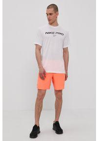Nike - T-shirt. Okazja: na co dzień. Kolor: biały. Materiał: włókno, skóra, tkanina. Wzór: nadruk. Styl: casual
