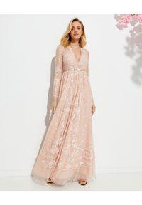 NEEDLE & THREAD - Sukienka maxi Eleanor. Okazja: na wesele, na ślub cywilny, na imprezę. Kolor: różowy, wielokolorowy, fioletowy. Wzór: haft, aplikacja. Długość: maxi
