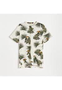 Reserved - Bawełniany t-shirt w tukany - Kremowy. Kolor: kremowy. Materiał: bawełna