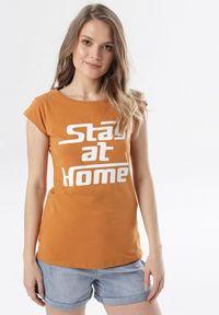 Born2be - Camelowy T-shirt Noelori. Materiał: dzianina. Długość rękawa: krótki rękaw. Długość: krótkie. Wzór: napisy, nadruk. Styl: klasyczny