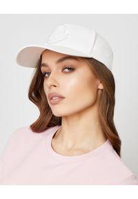 MONCLER - Biała czapka z wyszywanym logo. Kolor: biały. Materiał: dresówka, bawełna. Styl: casual