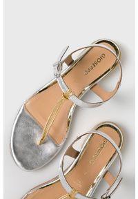 Srebrne sandały Gioseppo na średnim obcasie, na klamry, na obcasie