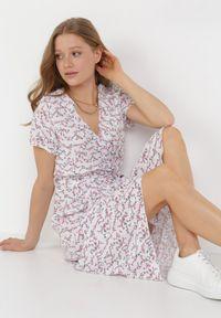 Born2be - Biało-Różowa Sukienka Helsea. Kolor: biały. Materiał: tkanina, wiskoza, materiał. Długość rękawa: krótki rękaw. Wzór: jednolity, kwiaty. Typ sukienki: kopertowe. Długość: midi