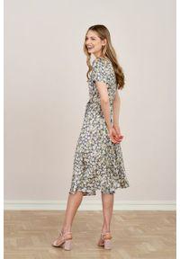 Marie Zélie - Sukienka Rosa Manzanilla. Typ kołnierza: kokarda. Materiał: wiskoza, materiał. Długość rękawa: krótki rękaw. Długość: midi